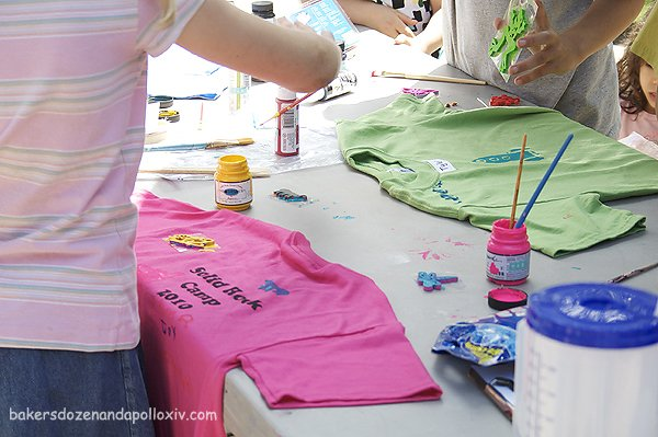 kids decorate t-shirts at diy family camp
